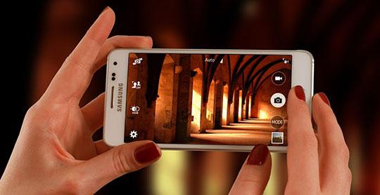 telefon samsung alb cu care se face o poza